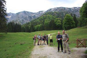 Karate Gruppe auf Wiese mit Berge im Hintergrund
