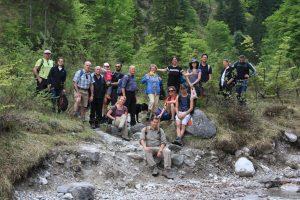 Miteinander als Karategruppe am Flussbett mit Wald im Hintergrund