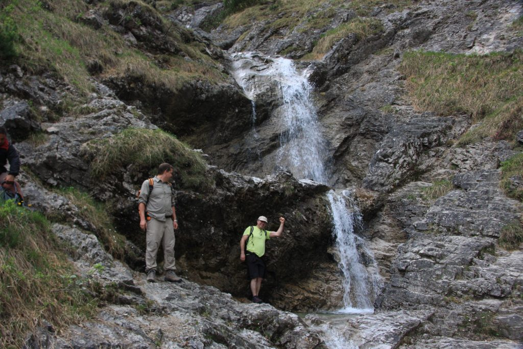 Wanderer am Wasserfall in Wolfsschlucht
