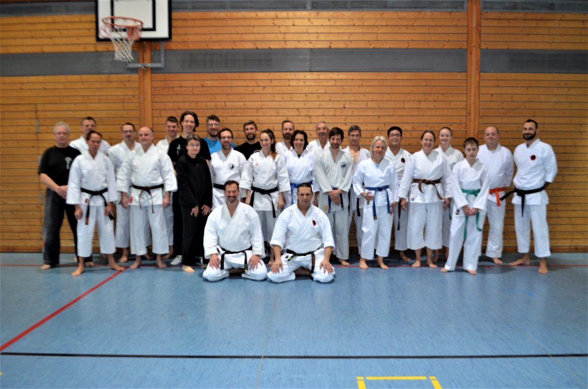 André gibt einen Bodenkampf und Karate Lehrgang